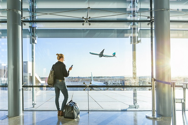 žena s batožinou na letisku