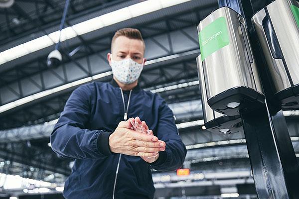 Dezinfekcia rúk na letisku