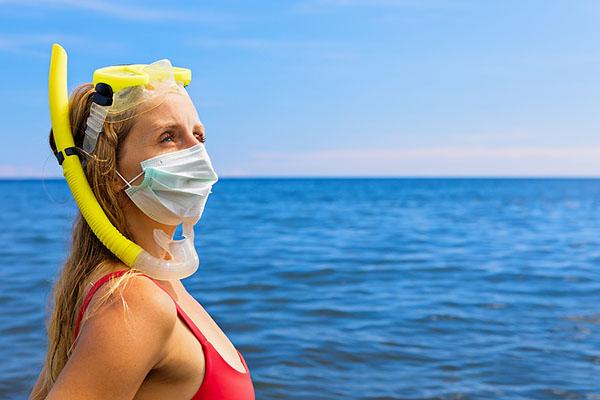 Žena so šnorchlom a rúškom pri mori