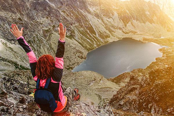 Turistka na vrchole nad tatranským plesom