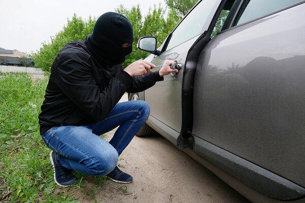 zlodej pri aute