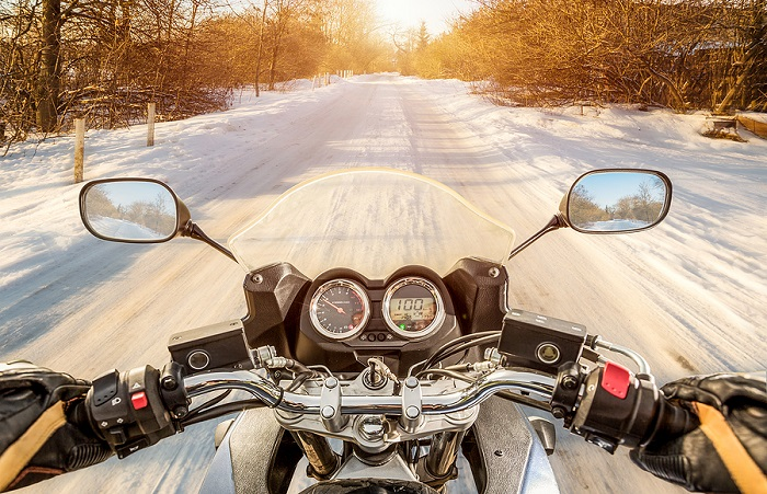 motorka na zasneženej ceste