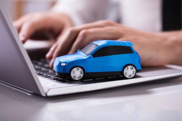 počítač a maketa auta