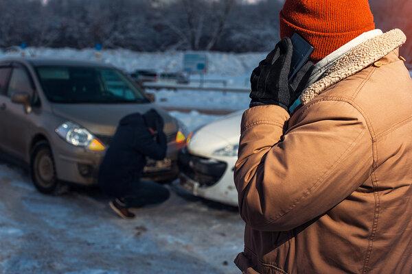 dva muži pri dopravnej nehode