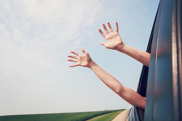 ruky vystrčené von z auta