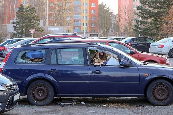 zaparkovaný vrak auta