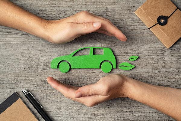 Ruky chrániace ikonku zeleného auta