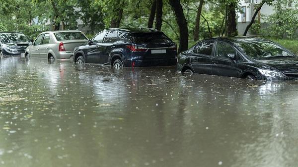 zatopené autá na ulici